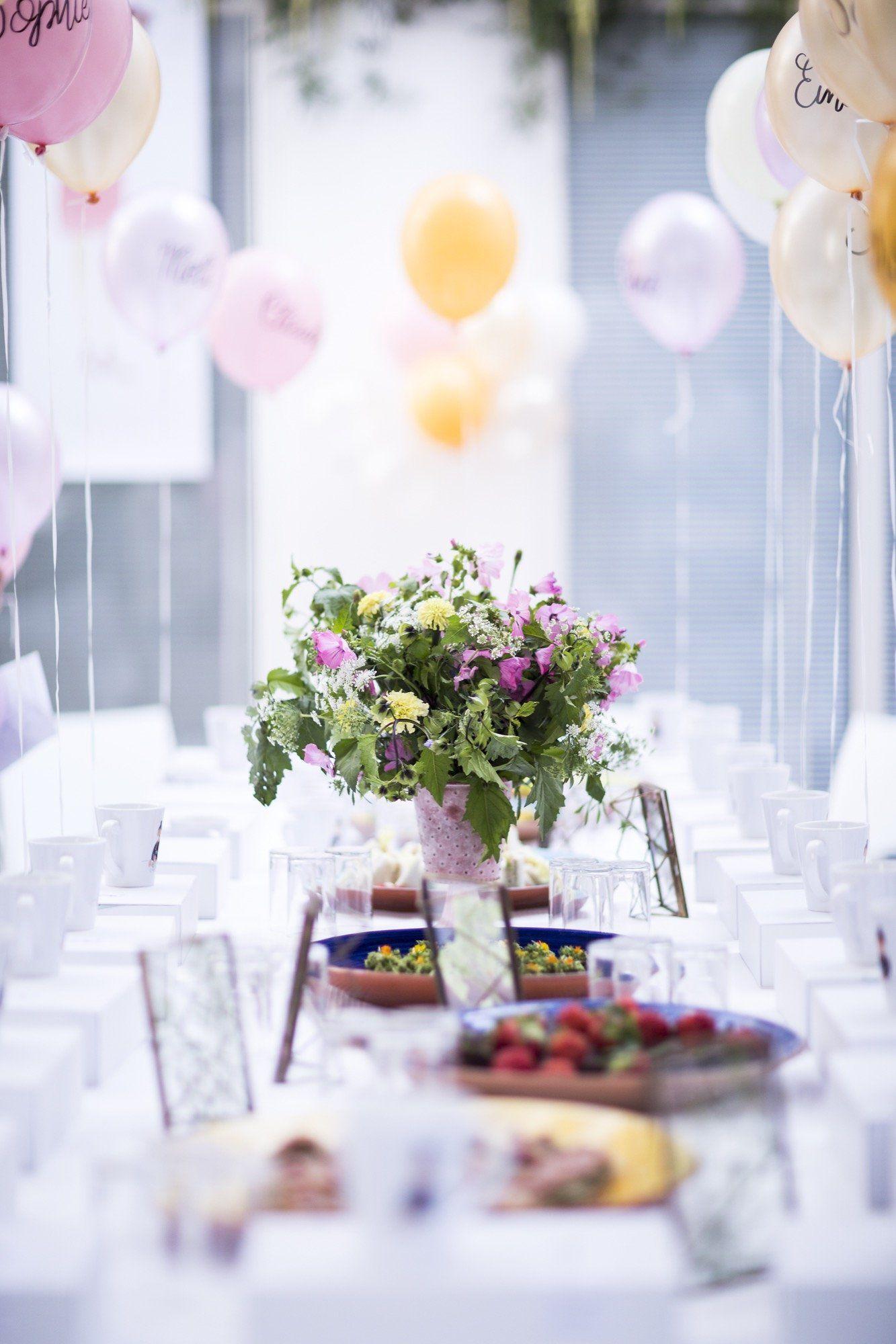 Susse Tischdekoration In Pastell Farben Bunter Blumenstrauss Und