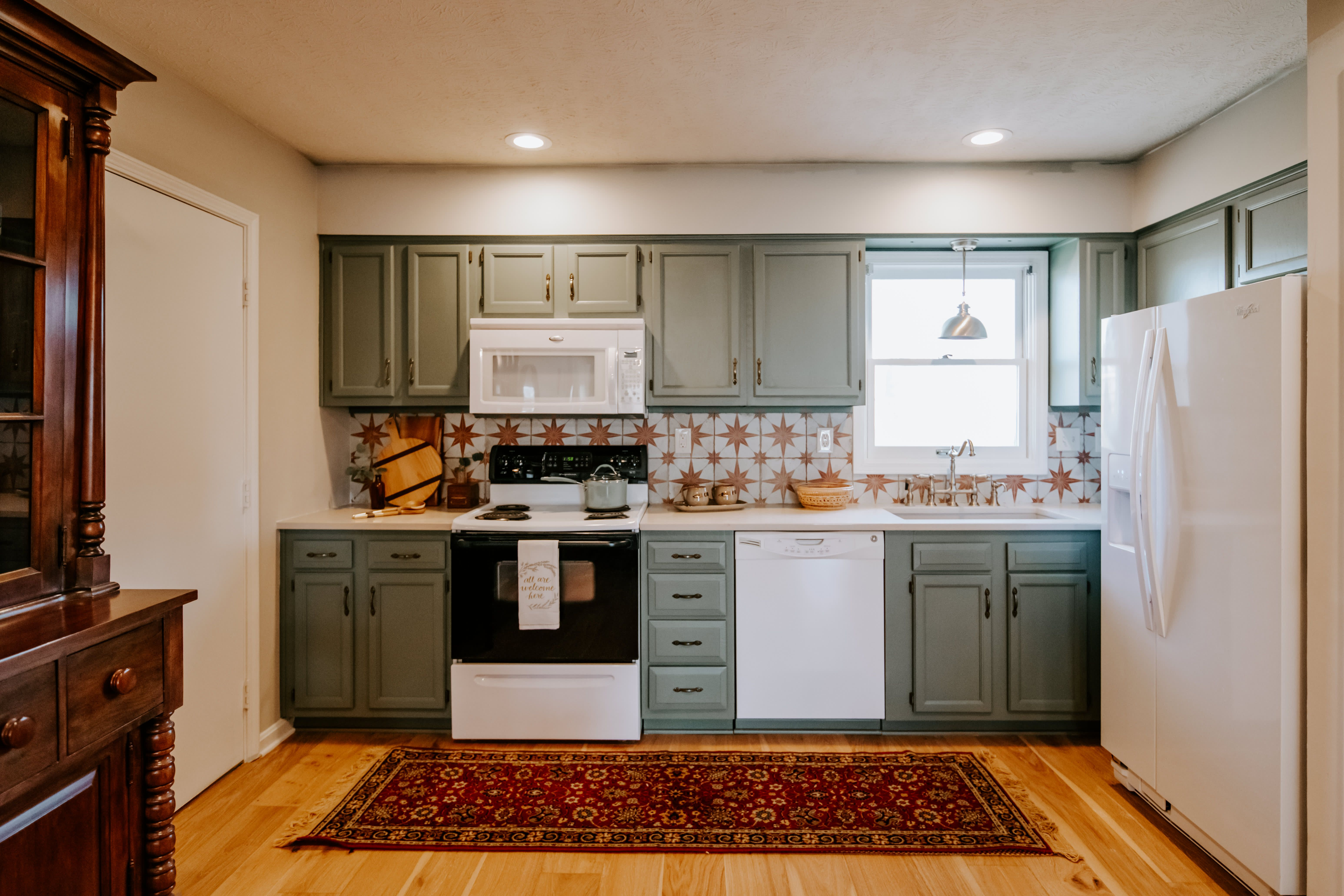 A Dull And Dated Townhome S Makeover Proves How Powerful Paint For Kitchen Cabinets Can Be Painting Kitchen Cabinets Kitchen Cabinets Beautiful Kitchen Cabinets