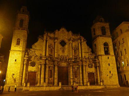 Vista nocturna de la Catedral de San Cristóbal de La ...