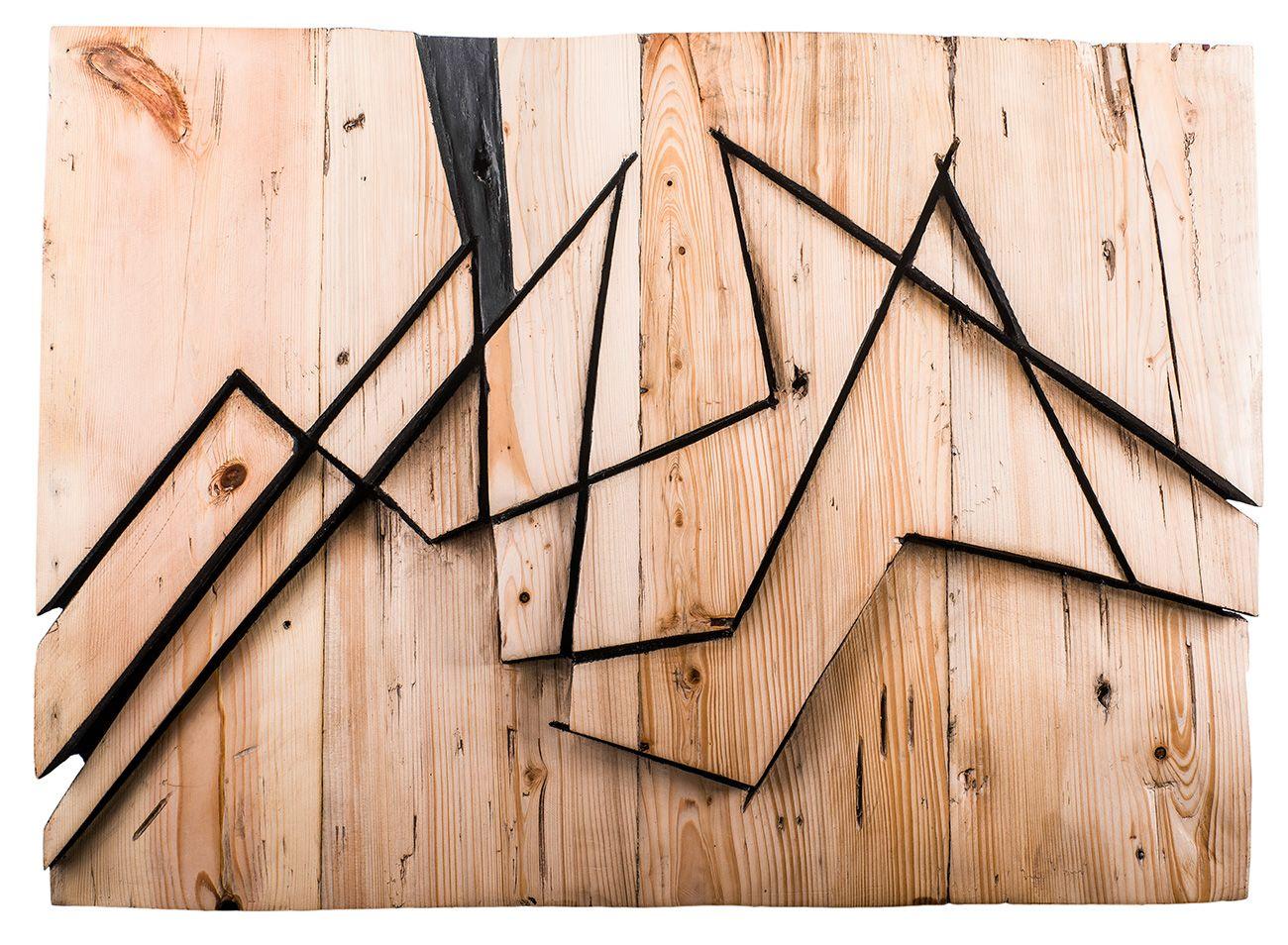 Las esculturas de Vanesa Muñoz Molinero poseen la belleza de lo paradójico, al situarse en la encrucijada entre la búsqueda de lo inmanente y el anhelo de trascendencia, entre las emociones como materia prima que dimensionan la obra y la voluntad de superar esas contingencias mediante un proceso de abstracción mental.