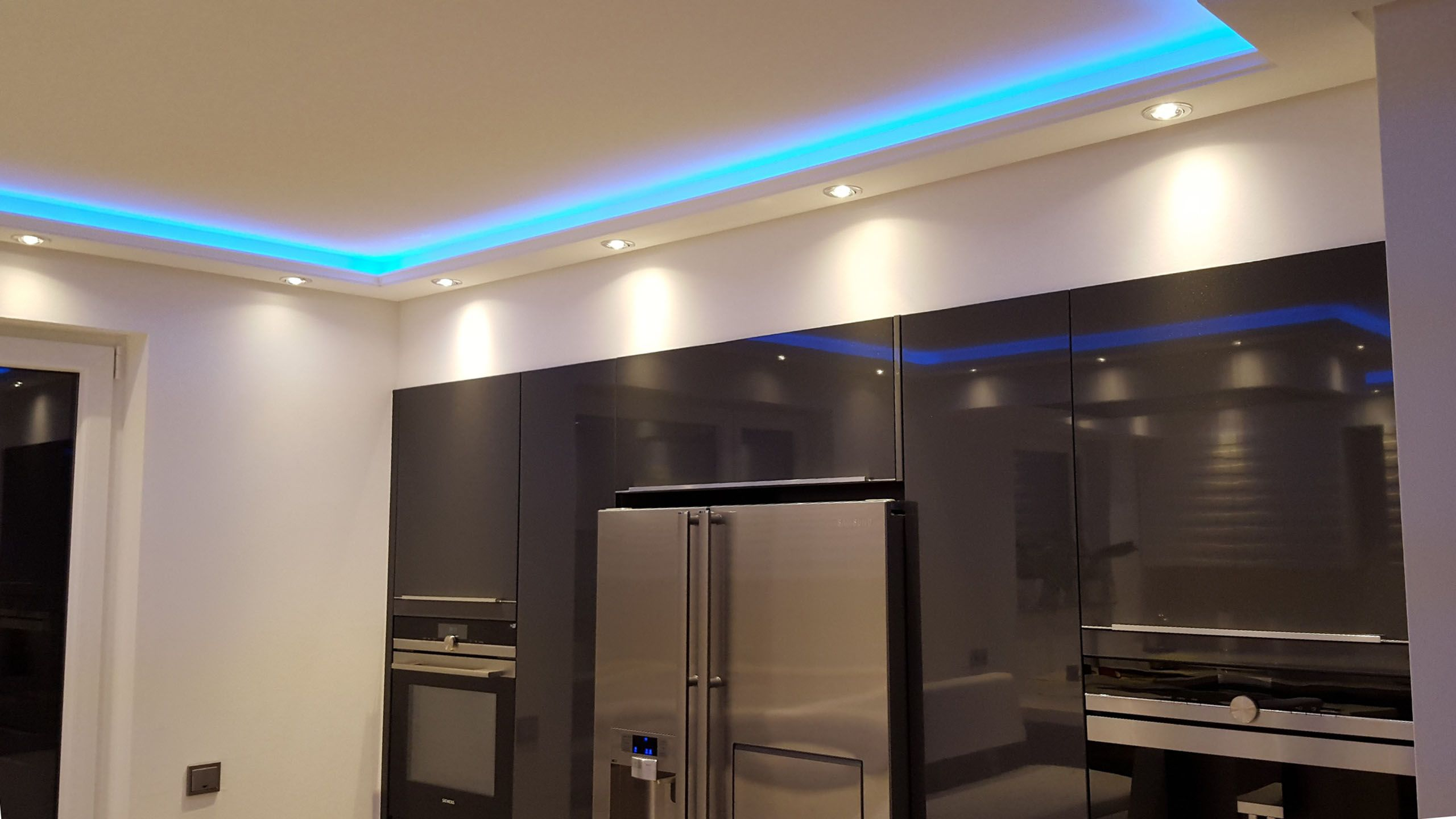 Led Spot Beleuchtung Mit Styroporleisten In Der Kuche Indirekte Beleuchtung Beleuchtung Led Spots
