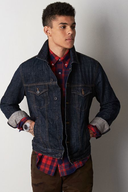 e84f4dd219e2 Pin by Lookastic on Denim Jackets in 2019 | Dark denim jacket, Blue jean  jacket, Blue denim jacket outfit