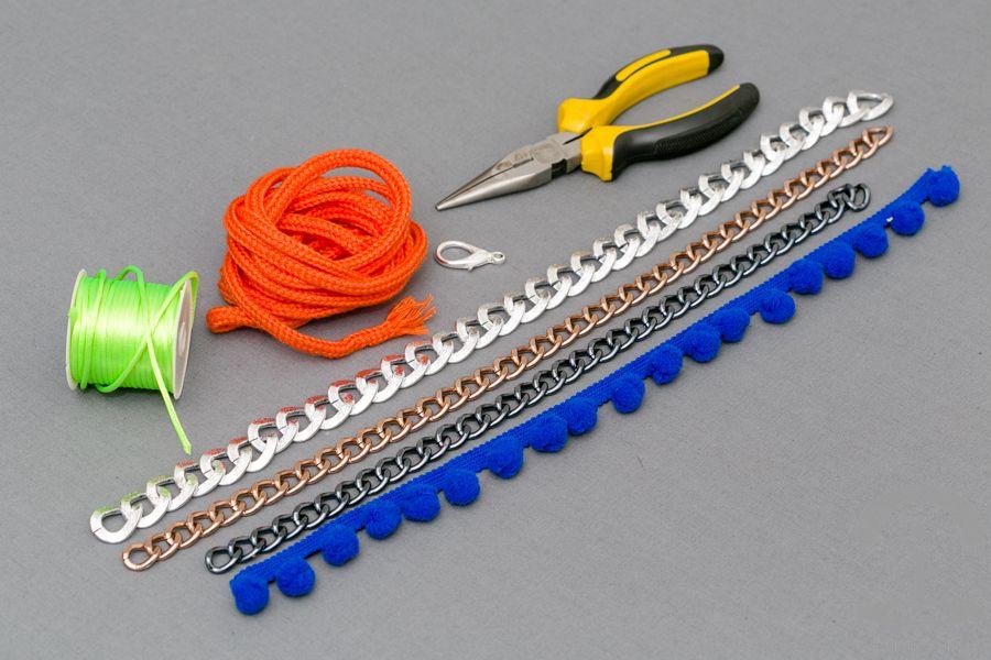 b381d905729b DIY Collar neón con pompones Crímenes de la Moda