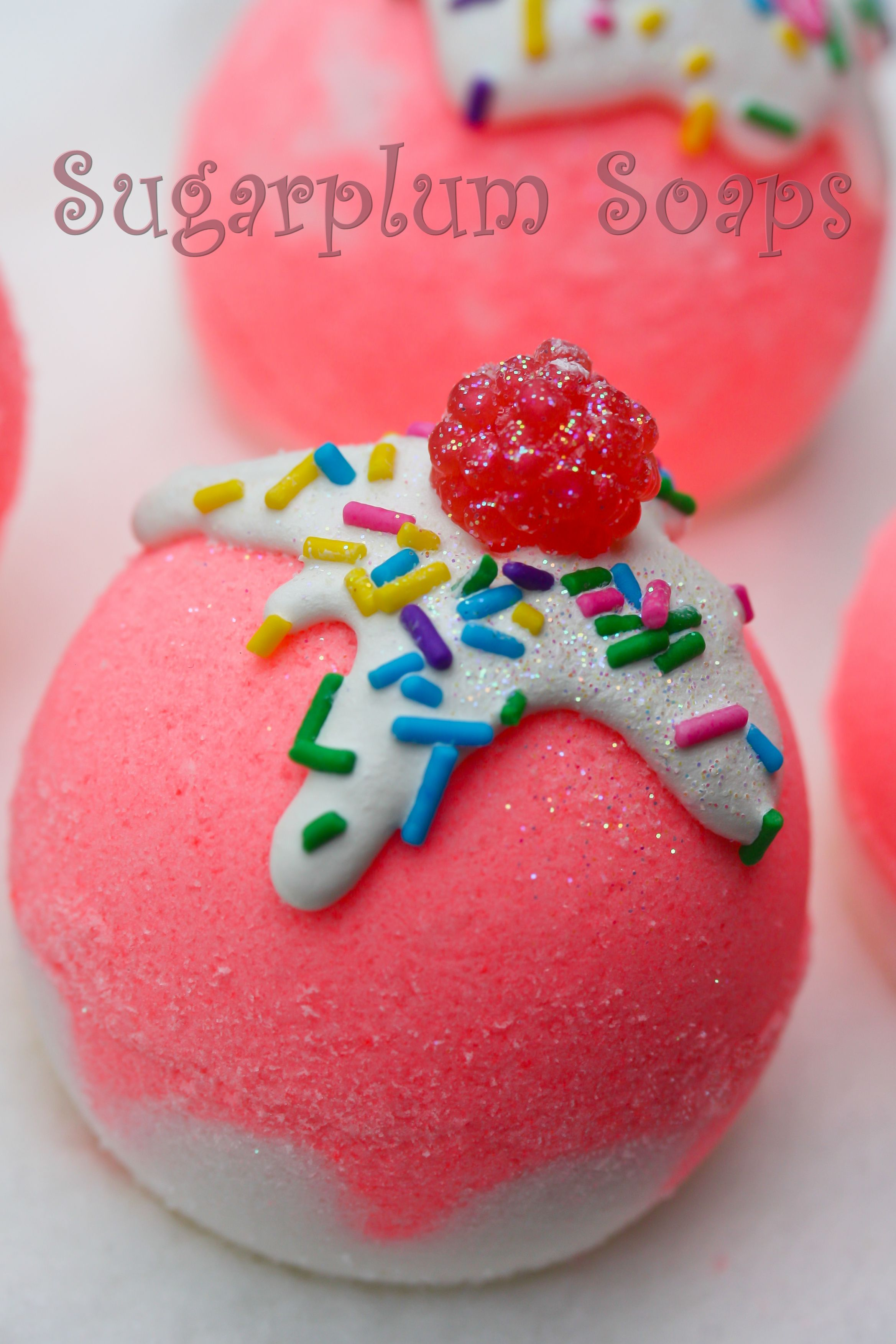 strawberry sundae bathbomb   the bathbombs (round)   pinterest
