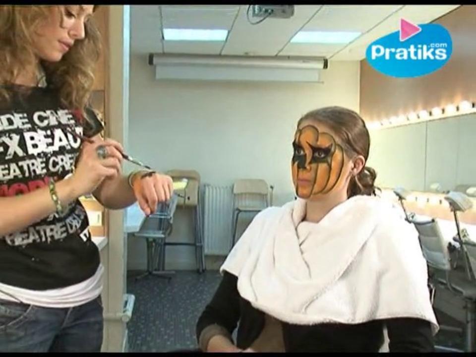 Une professionnelle vous montre comment réaliser un maquillage de citrouille !