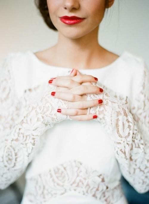 Mariée avec une manucure rouge