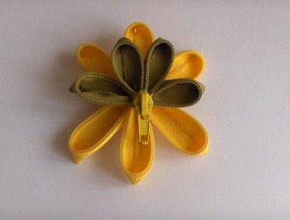 Žuti broš od zatvarača / Yellow broch hand made from a zipper | OMNIS ART - handmade