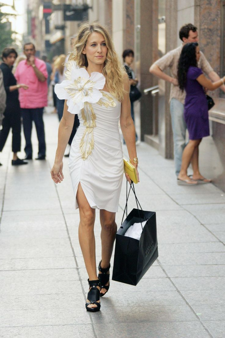 THE 5 WAYS TO DRESS LIKE CARRIE BRADSHAW! Find out how to emulate her style down to a T. This look is fabulous and can be worn out in any city, especially New York.