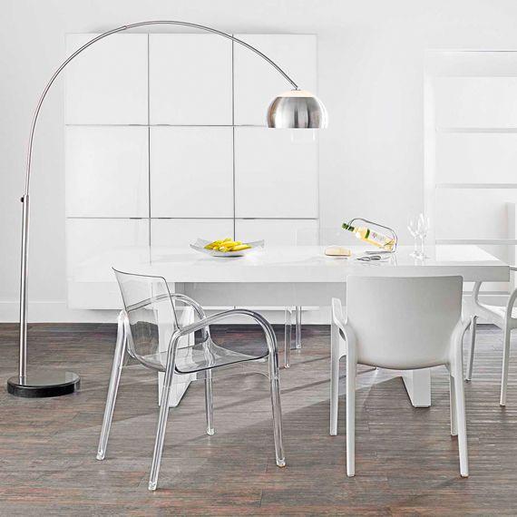 Mix cadeiras brancas e transparentes.