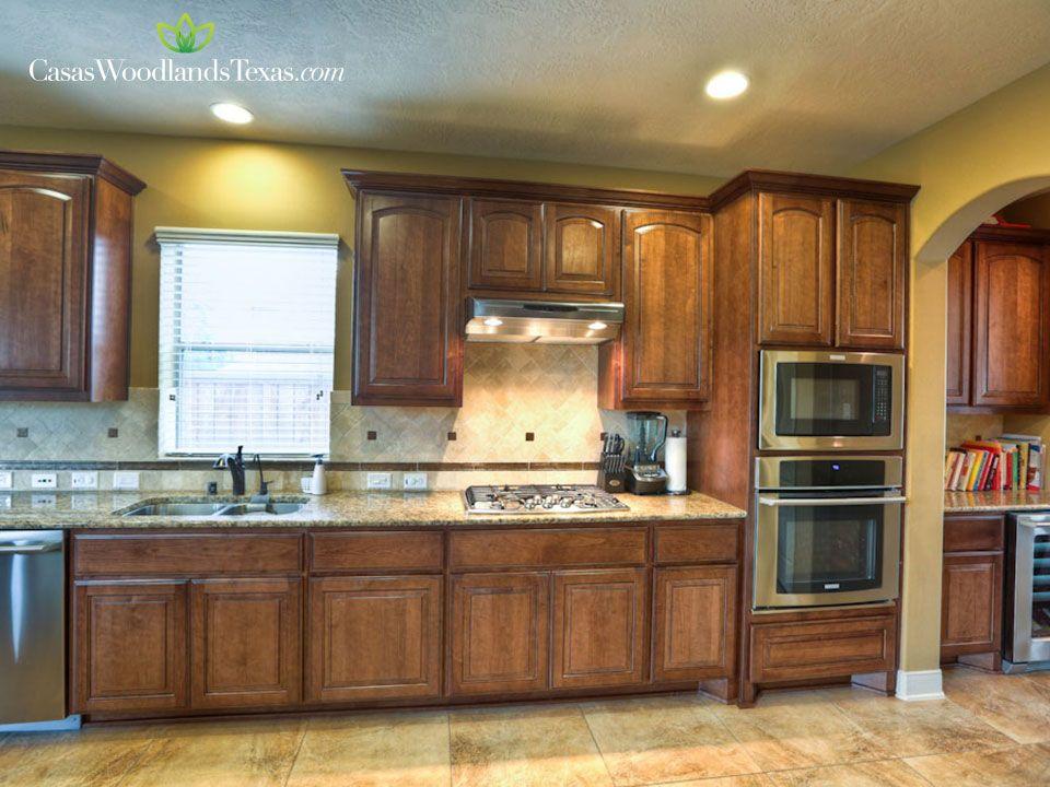 La cocina cuenta con gabinetes de madera lo cual le da for Ideas de gabinetes de cocina