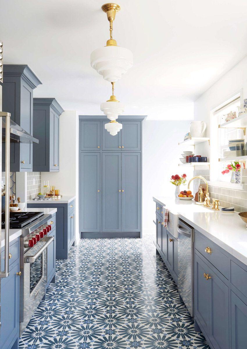Cozinha charmosa e acolhedora com armários em azul e piso estampado ...