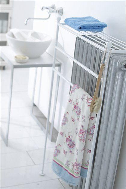 schlu mit nassen handt chern auf der heizung dieser handtuchhalter bietet bessere ablagepl tze. Black Bedroom Furniture Sets. Home Design Ideas
