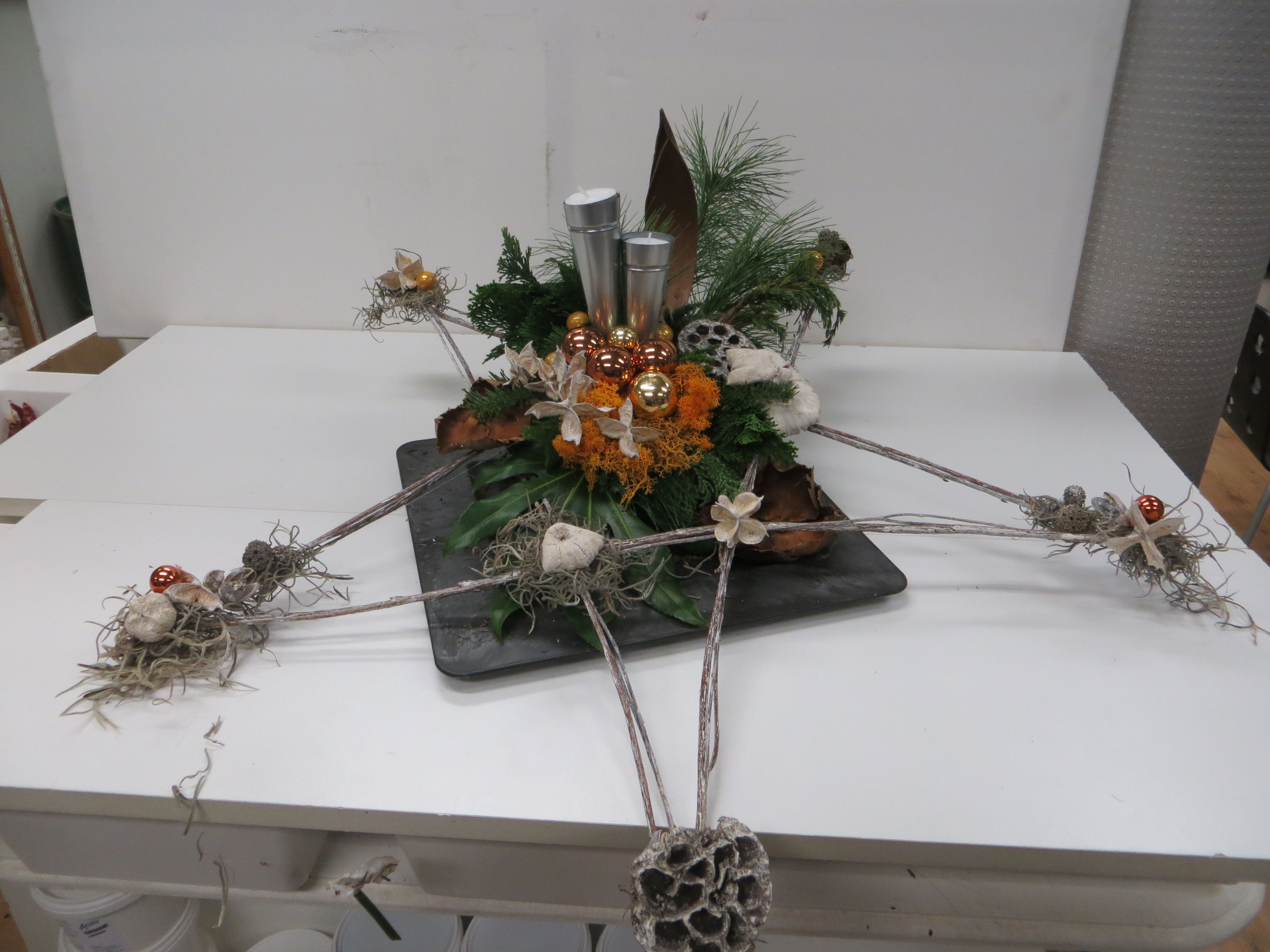 Kerst voorbeeld tafelstuk met kerst ster geaamkt van takken oase