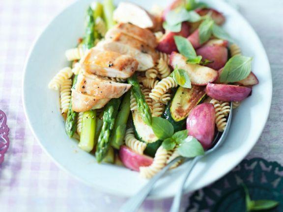 Nudel-Gemüse-Salat mit Hähnchenbrust ist ein Rezept mit frischen Zutaten aus der Kategorie Nudelsalat. Probieren Sie dieses und weitere Rezepte von EAT SMARTER!