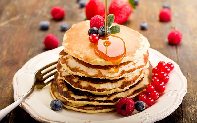 http://ungree.com/blog/best-breakfast-places-in-gurgaon/ Pancake with fruits and maple syrup at Eggers madhouse one of the best breakfast places in gurgaon