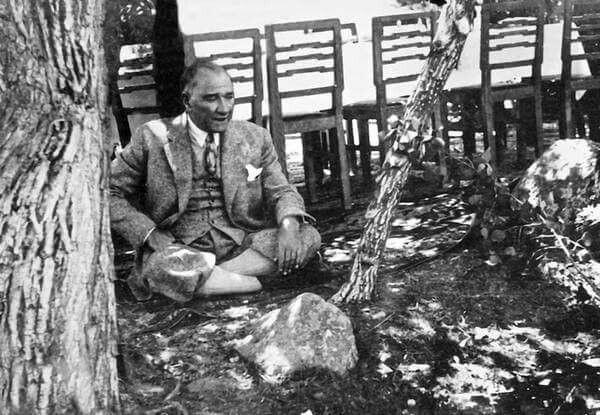 1937 - Cumhurbaşkanı Atatürk, Tunceli ziyaretinde bir ağacın altına oturmuş türkü söylüyor. Fotoğraf o habersizken çekilmiştir.