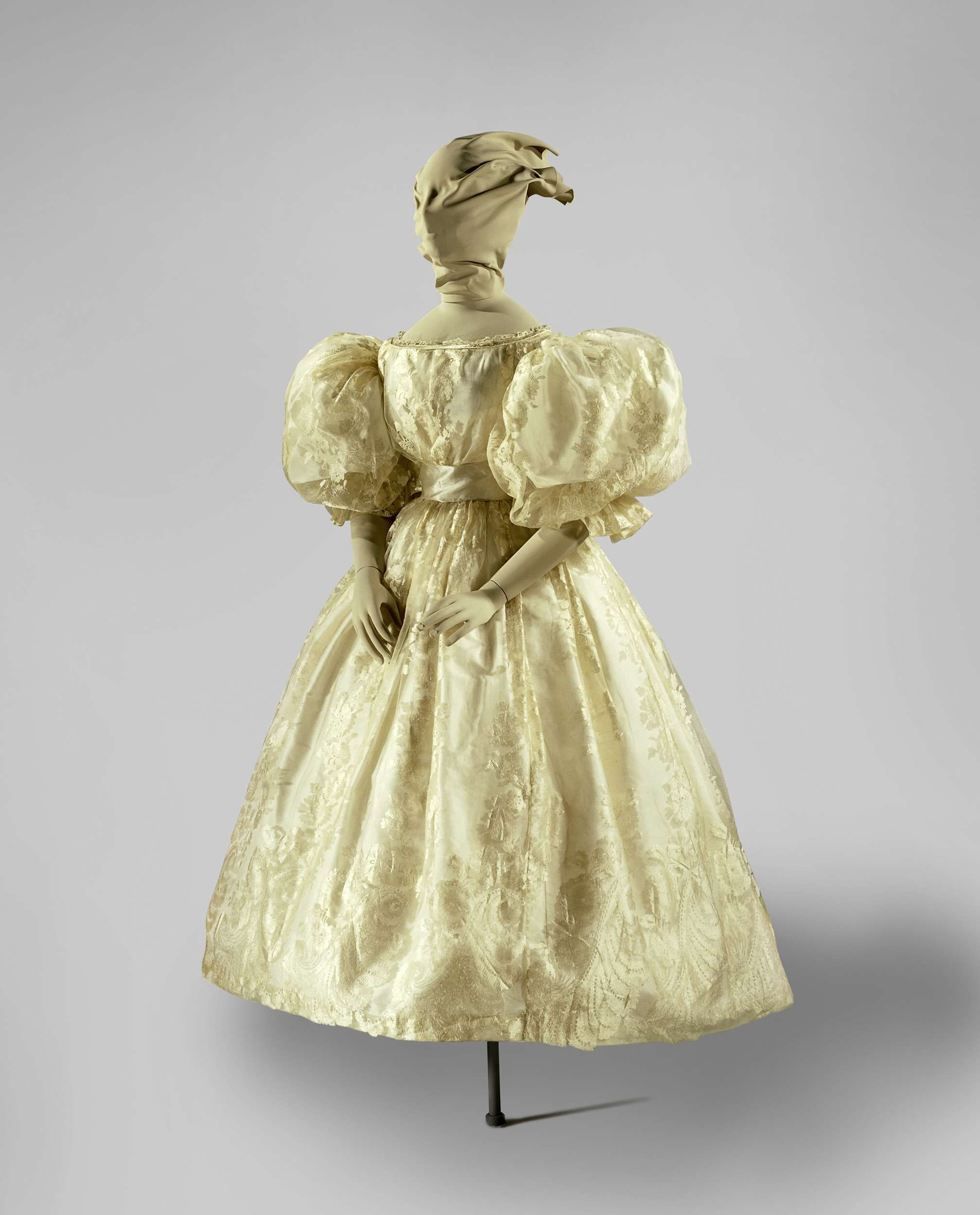 Wedding dress with extremely wide, puffed sleeves, Anonymous, in or before 1835. In 1835 Baroness Nine van Slingelandt married Jonkheer Pieter Teding van Berkhout in Amsterdam. Unlike many of her wealthy contemporaries she did not wear a lace dress, but rather a wedding gown made of an intricately woven silk fabric that makes the illusion of lace. The fabric consists of a tulle ground to which extra threads were added to create the floral pattern.