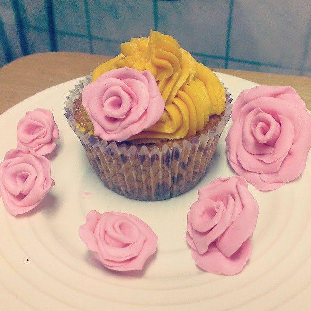 Cupcakes para Mamá!!! Aprende Como hacerlos, buscanos en YouTube Como Pekas Creaciones!! #pekascreaciones #peru #pasteles #cocina #mama #felizdiamama #flowers #flor #chocolate #vainilla #cupcakes #postre #dessert #regalo  #doityouself #hazlotumismo #manualidades #creatividad #rico #mothersday #tutorial #clasesdecocina #reposteriacreativa