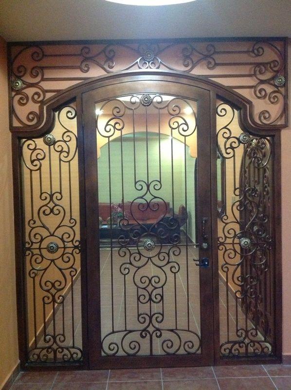 Puerta en madera con hierro forjado puertas y ventanas for Puertas de hierro para casas modernas