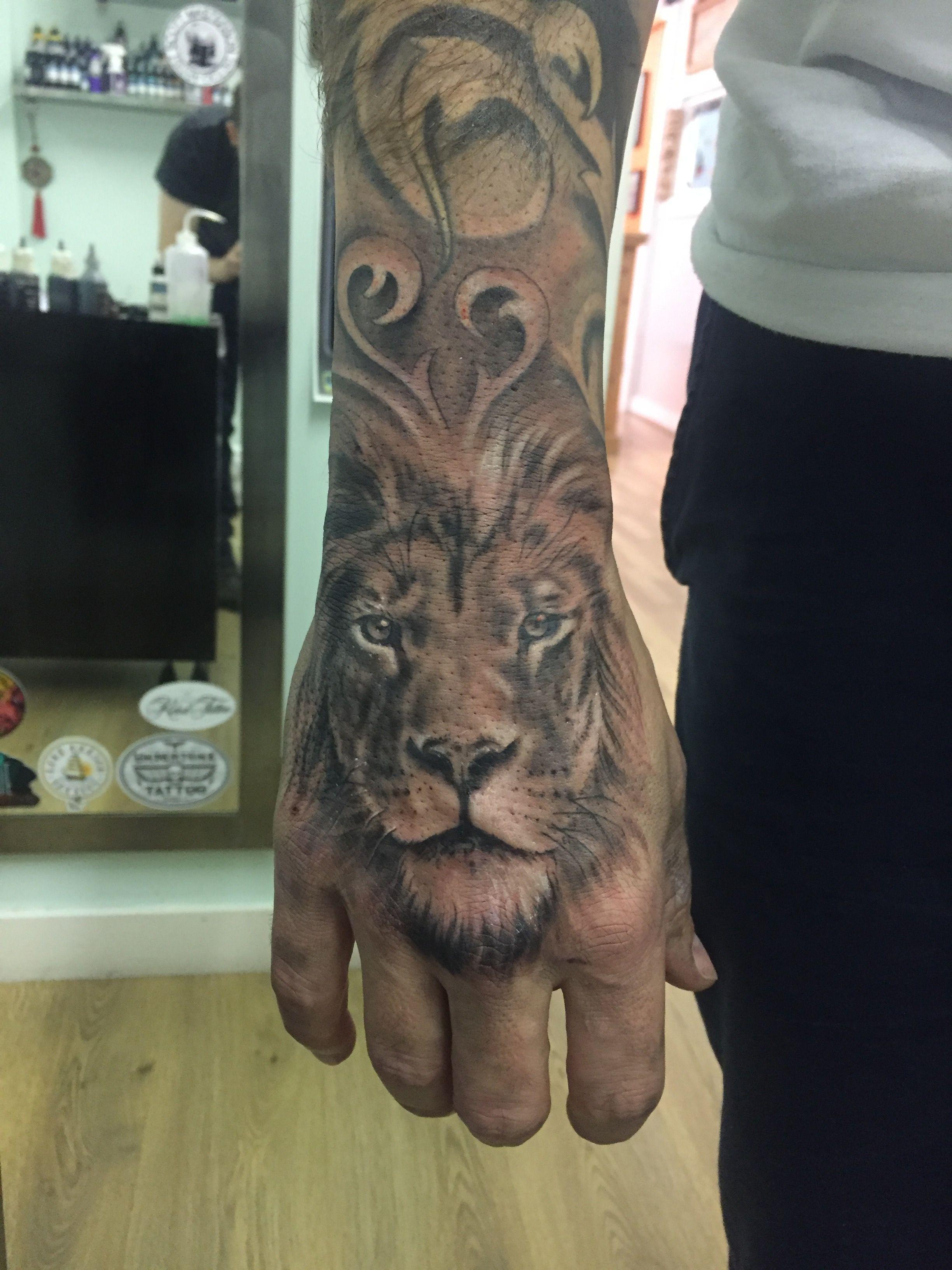 tattoo roaring lion on hand - http://tattootodesign/tattoo