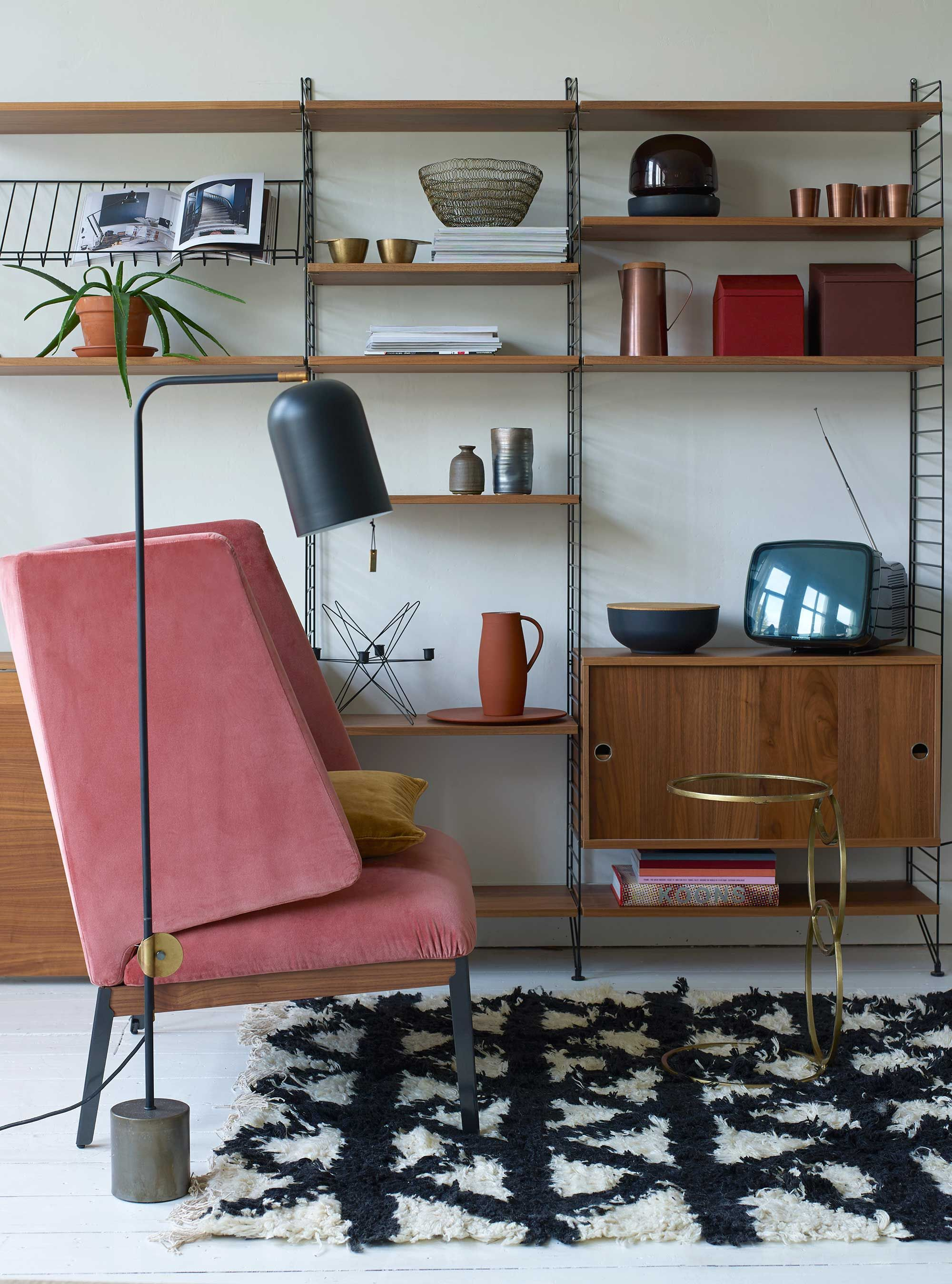 Woonkamer met roze stoel | living room with pink chair | vtwonen 01 ...