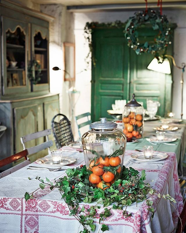 A holiday display of oranges, ivy and holly.   Photo: Fabrizio Cicconi/Living Inside; Design: @enricastabile #interiordesign