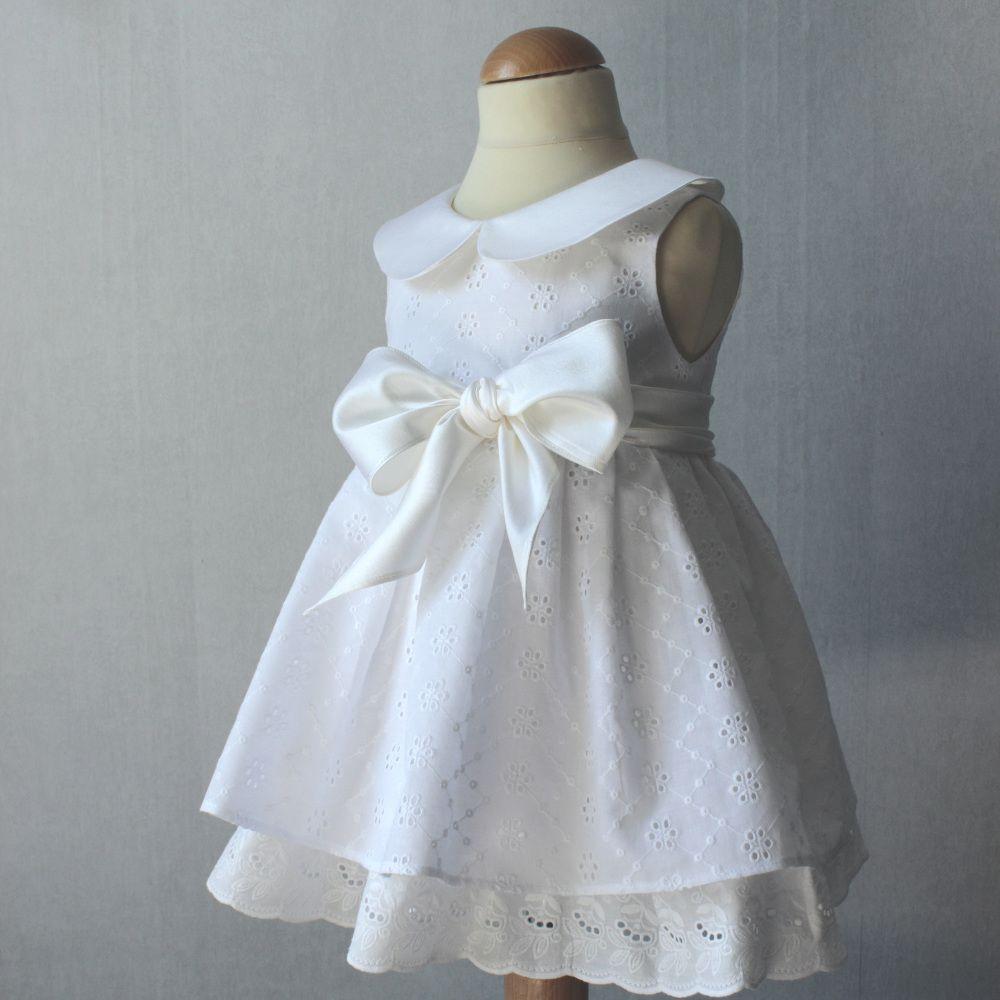 robe bapt me broderie anglaise robe b b magnifique robe de bapt me pour petite fille en. Black Bedroom Furniture Sets. Home Design Ideas