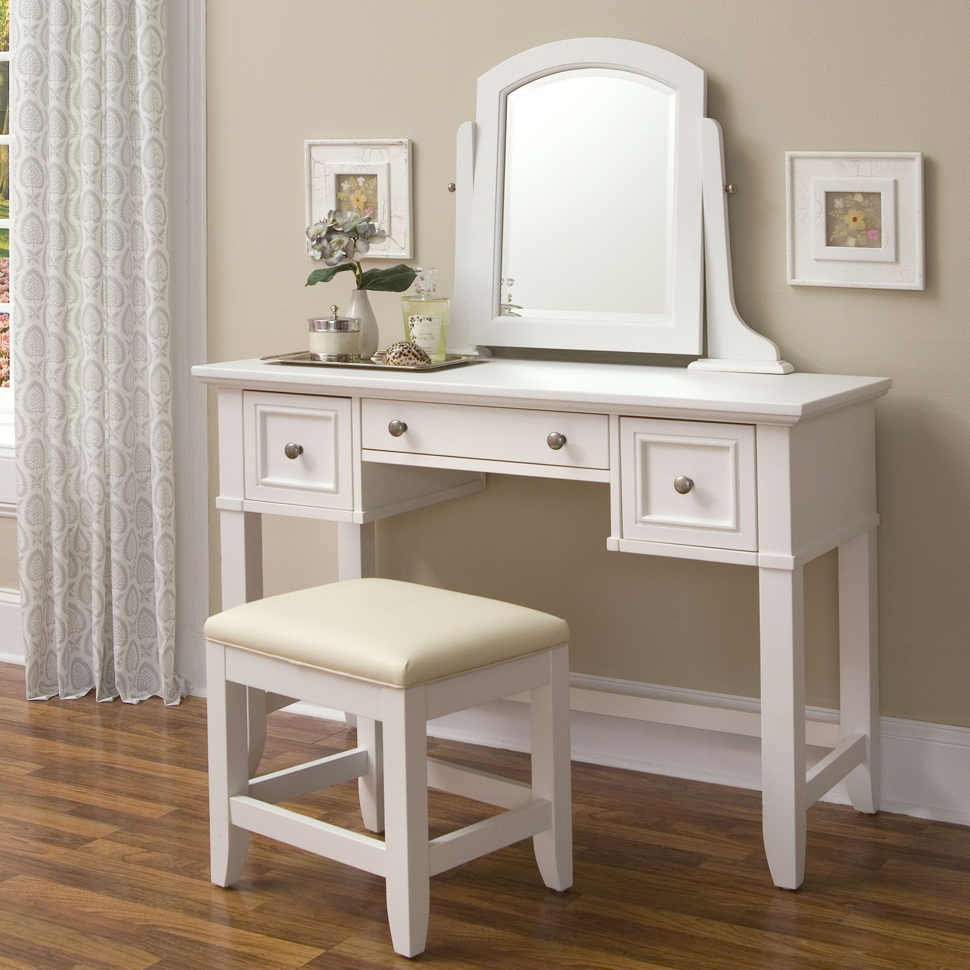 Small White Mirror Dresser With 4 Drawer And There Are Chairs Dengan Gambar Home Fashion Ide Dekorasi Rumah Mebel
