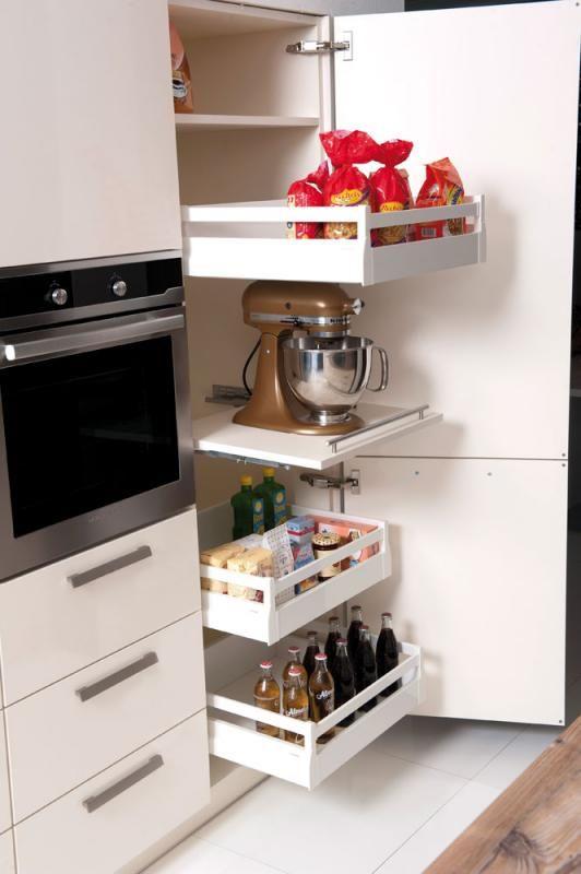 Küchenschrank in Weiß. Ober- und Unterschränke für eine organisierte ...