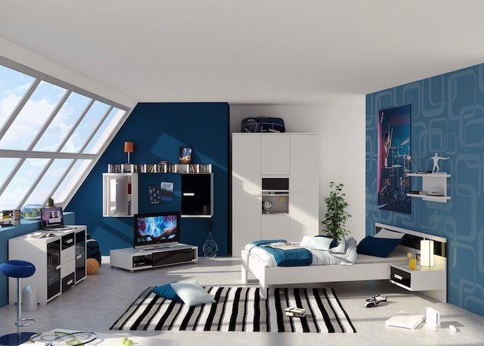 Teenager Zimmer In Blauer Farbe Mit Einem Großen Poster An Der Wand,  Gestreifter Teppich Am