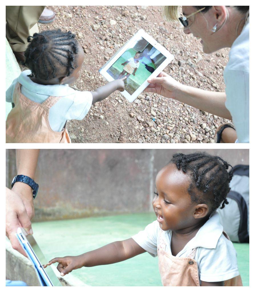 La piccola Triumph scopre la sua immagine sull'iPad di Francesca