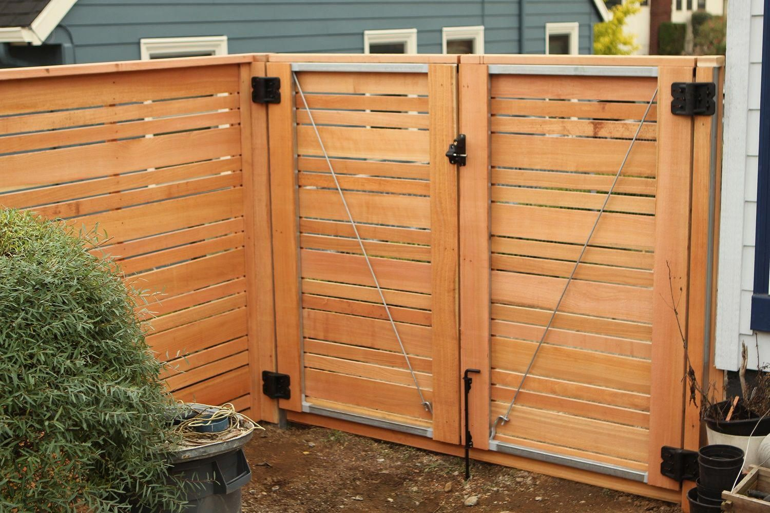 Double Door Gate Horizontal Wood Fence With Alternating Picket Sizes For An Extra Unique Look Cedar Fences Modern Home Wood Fence Gates Modern Wood Fence Fence Design