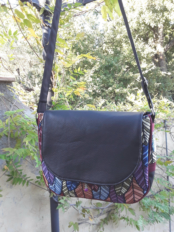 9afd91458e Sac besace, sac bandoulière, en simili cuir noir et tissu multicolore ,sac  à rabat,sac femme, style bohème, sac porté épaule,sac à main de la boutique  ...