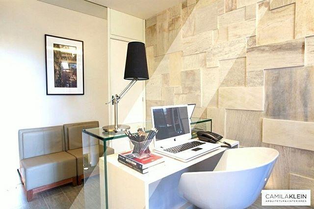 Em escritórios, gostamos de propor ousadias nos revestimentos de parede. Neste caso, aplicamos este de pedra São Tomé palha com lajotas assimétricas, criando uma brincadeira de formas no ambiente de trabalho. #camilakleinarquiteta #escritório #office #stonewall #parededepedra #interiordesign #decoração