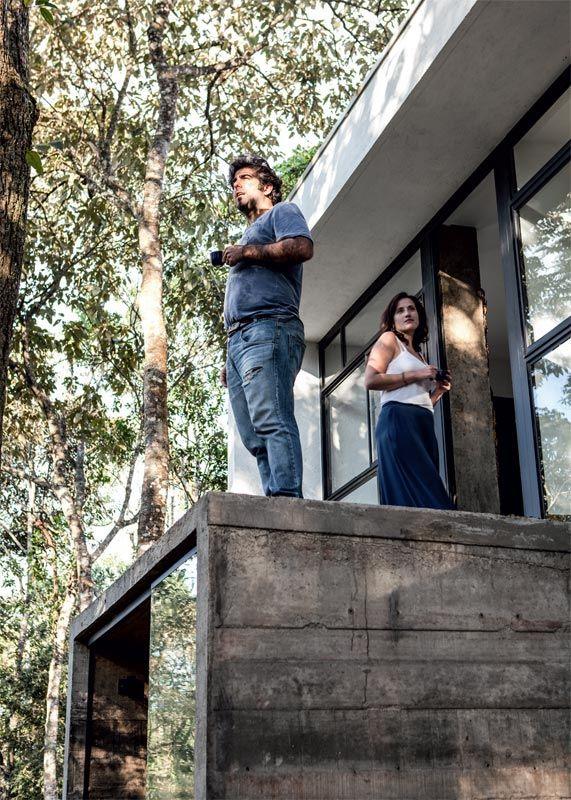 Casa de concreto cheia de espiritualidade e contato com a natureza.