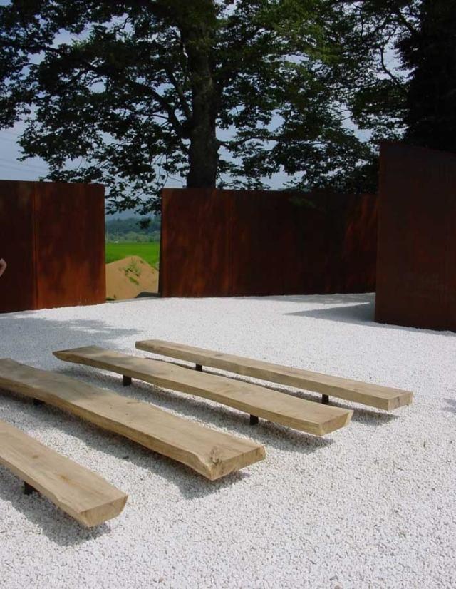holz sitzbank auf stein garten, landschaftsgestaltung weiße kies steine holz sitzbank gartenmauer, Design ideen