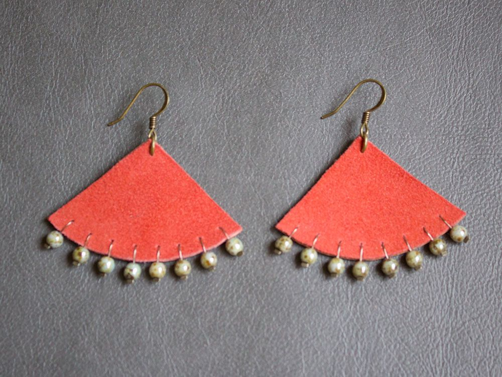 Orange leather earrings with pearls www.lefrenchcorner.com