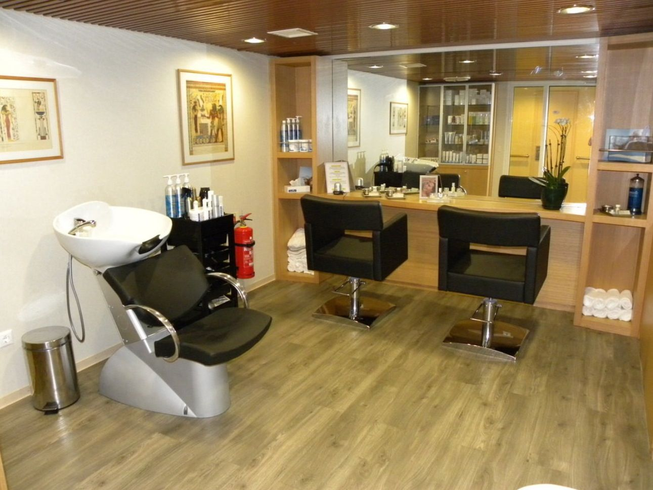 Small salon perfect want want want just for me for Beauty salon designs for interior