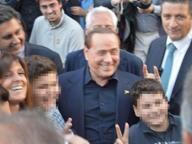 Segrate, Berlusconi sbaglia la festa e si aggrega ai giovani del Pd - Corriere.it