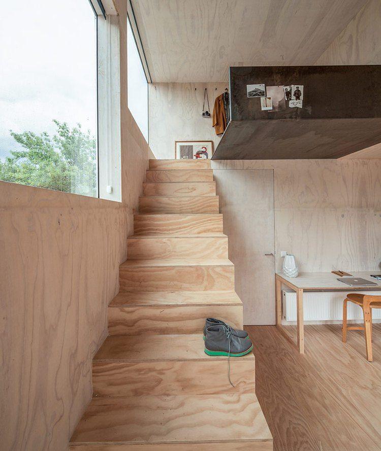 Glasfassade mit Spiegeleffekt eines außergewöhnlichen Baumhauses in der Stadt