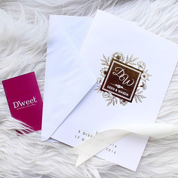 Berkonsepkan Floral Berlatarkan Warna Putih Dan Emas Menampakkan Mood Classy Si Pengundang Majlis Wedding Invitations Wedding Invitation Cards Invitations