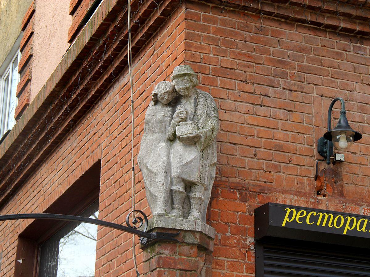Пара на углу дома над входом в ресторан