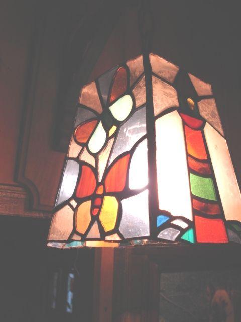 Lámpara colgante, faro y mariposa en vitral