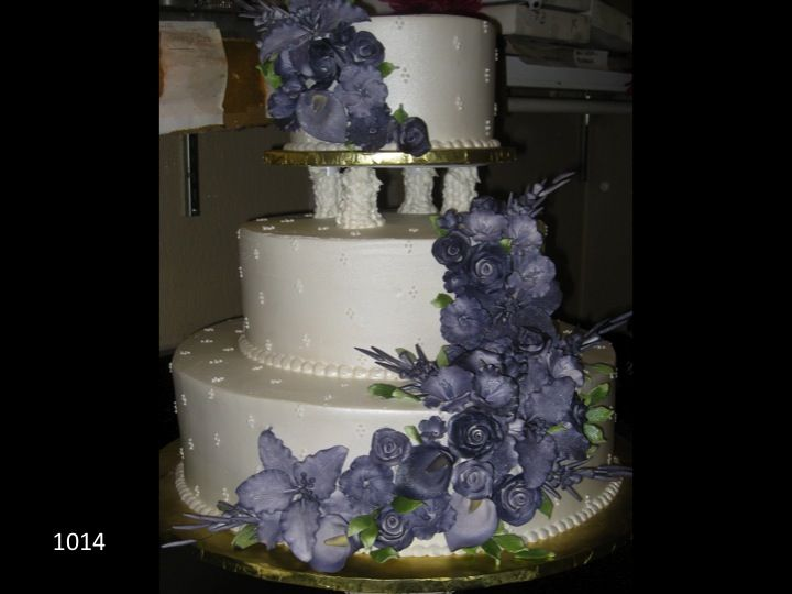 wedding cake with flowers down the side white 3 tiered wedding cake with purple flowers cascading 26881