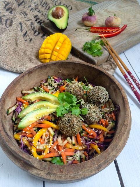 Salade thaï falafels aux graines de chia de Loveliveraw
