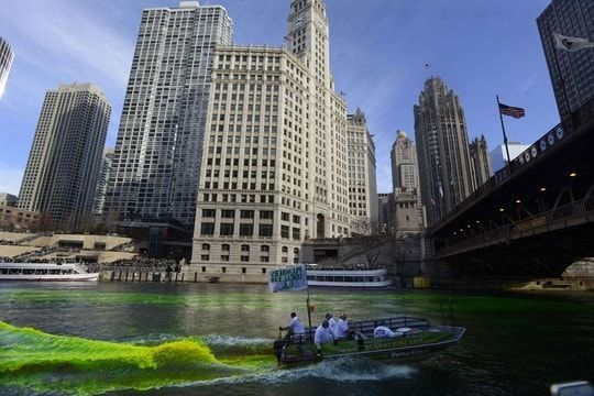Saint-Patrick : la Chicago River teintée de vert [PHOTOS] Check more at http://info.webissimo.biz/saint-patrick-la-chicago-river-teintee-de-vert-photos/