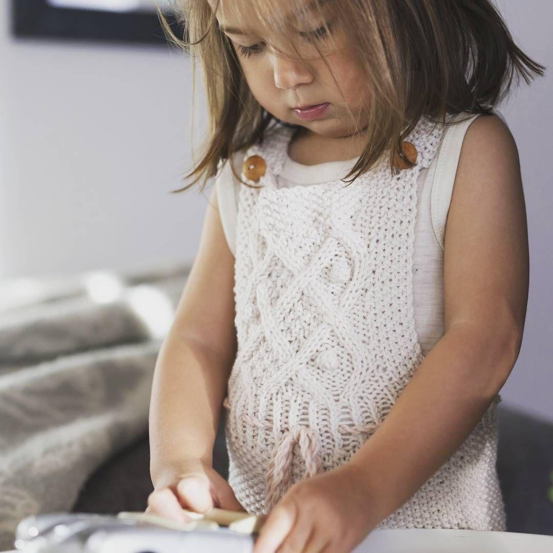 «Lillesøster i dyp konsentrasjon #strikking #strikktilbarn #sandnesgarn #merinoull»