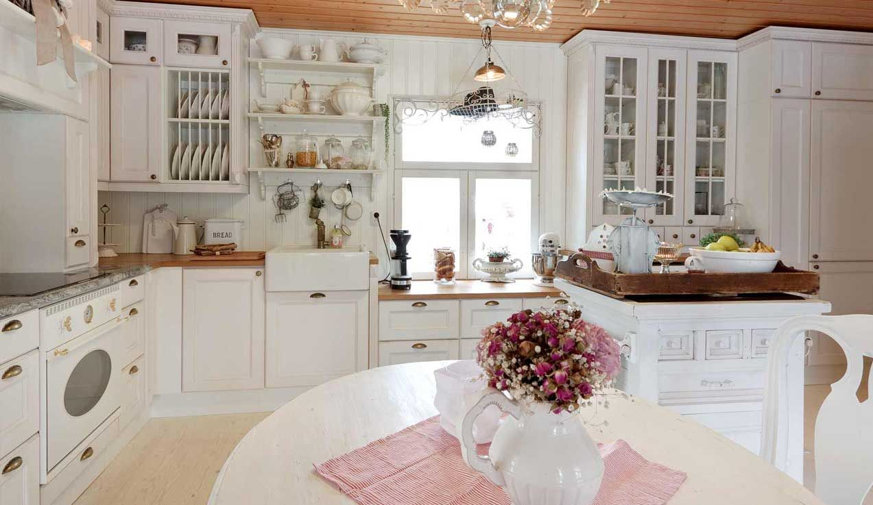 Talonpoikaistyylinen keittiö syntyy koristeellisista ja runsaista muodoista. Koristeelliset päätyelementit, liesikuvut ja listoitukset tuovat keittiöön perinteikkään ulkonäön kuitenkin säilyttäen nykypäivän tekniset ominaisuudet.