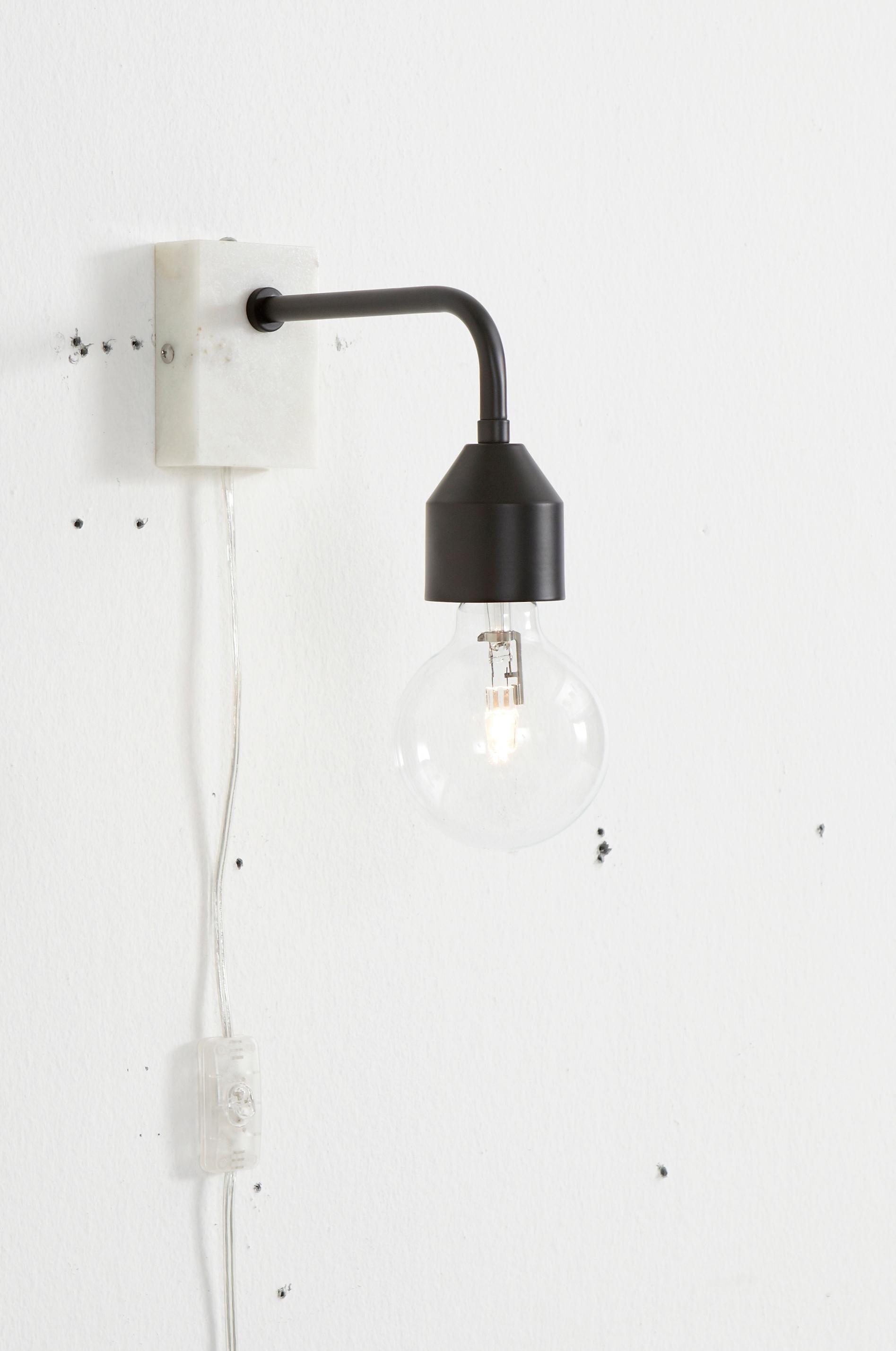 Væglampe i moderne design, også utrolig flot som sengelampe. Af ...
