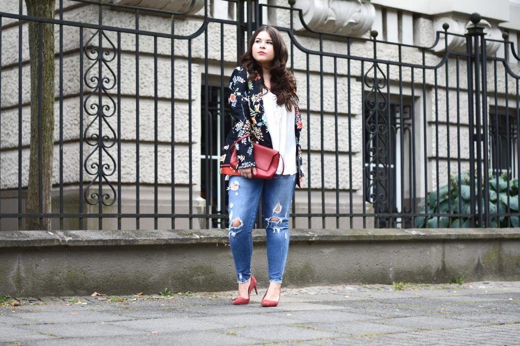 Dieses Jahr bin ich verliebt in Blumen - deswegen zeige ich hier einen Look mit dem Trendteil von Zara, dem Blazer mit Blumenmuster!